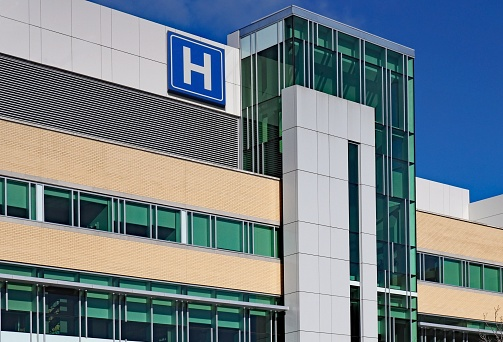 building with large H sign for hospital 1130389312
