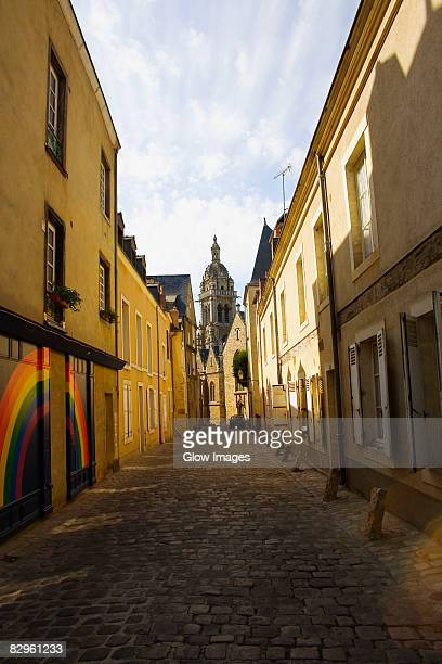 buildings along an alley, le mans, sarthe, pays-de-la-loire, france - sarthe stock pictures, royalty-free photos & images