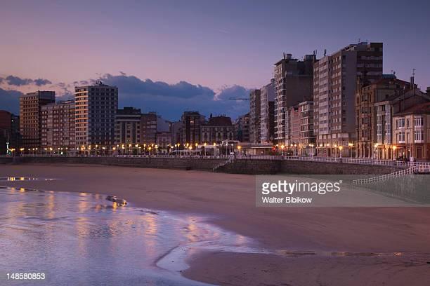 buildings along playa de san lorenzo. - ヒホン ストックフォトと画像