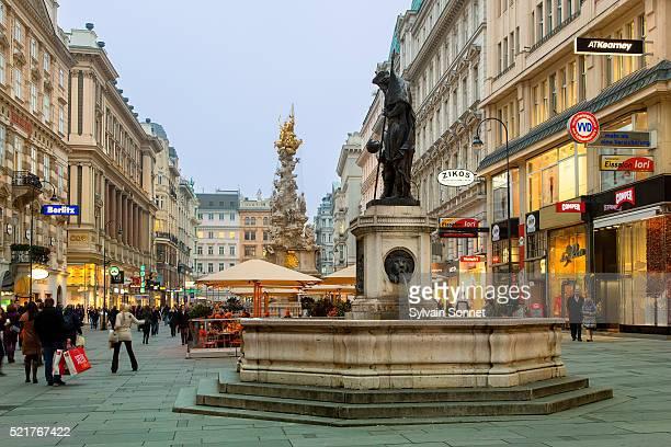 buildings and cafes on shopping street, graben, at dusk, vienna - distrito histórico fotografías e imágenes de stock
