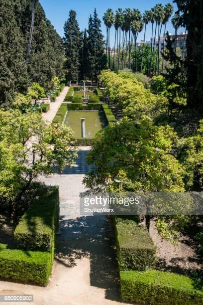 建物とアンダルシア Sevillia スペインのセビリアのアルカサルの庭園