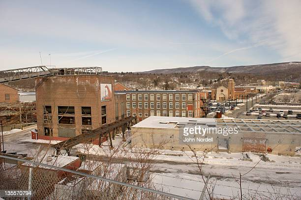buildings at left are part of the massachusetts museum of contemporary art in north adams, massachusetts - museo de arte contemporáneo fotografías e imágenes de stock