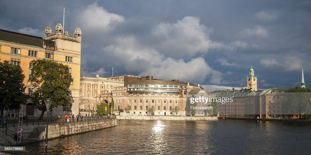 Buildings at the waterfront : Stock Photo