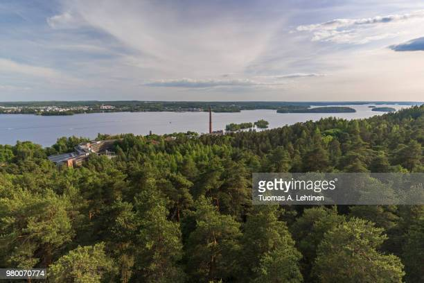 buildings, forest at the pyynikki ridge, lake pyhäjärvi and beyond in tampere, finland, viewed from above on a sunny day in the summer. - タンペレ ストックフォトと画像