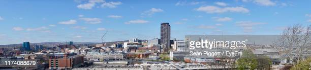 buildings in city against sky - sheffield - fotografias e filmes do acervo