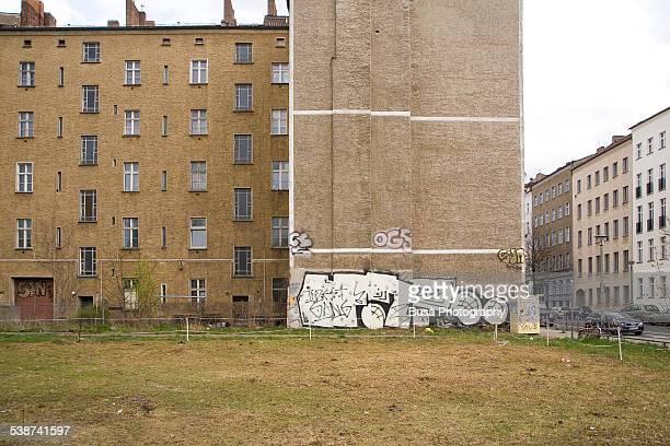 buildings in the bernauerstrasse, east berlin - bernauer strasse - fotografias e filmes do acervo