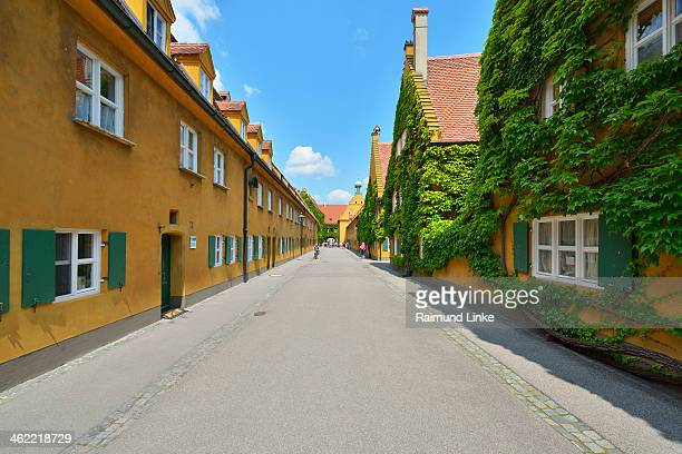 buildings in the fuggerei - augsburg zwaben stockfoto's en -beelden
