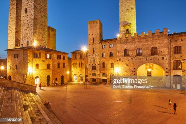 buildings in the town of san gimignano at night in siena, italy - サンジミニャーノ ストックフォトと画像