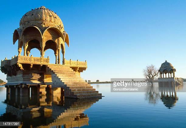 lago en estanque gadi sagar jaisalmer, rajastán de india - paisajes de india fotografías e imágenes de stock