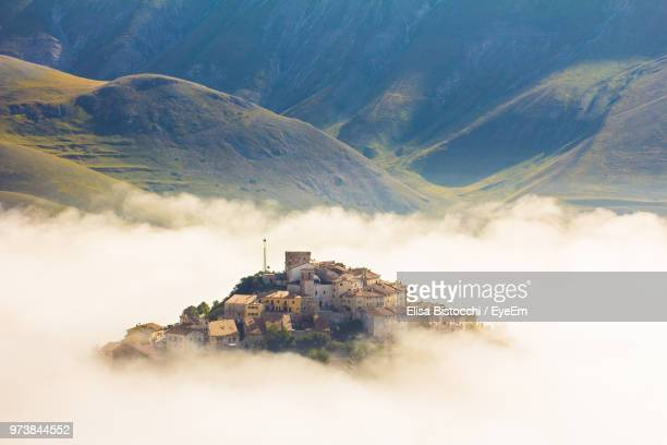 buildings on mountain against sky - umbria stock pictures, royalty-free photos & images