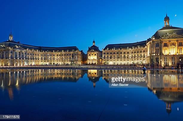 buildings reflected at 'de la bourse' in bordeaux - ボルドー ストックフォトと画像
