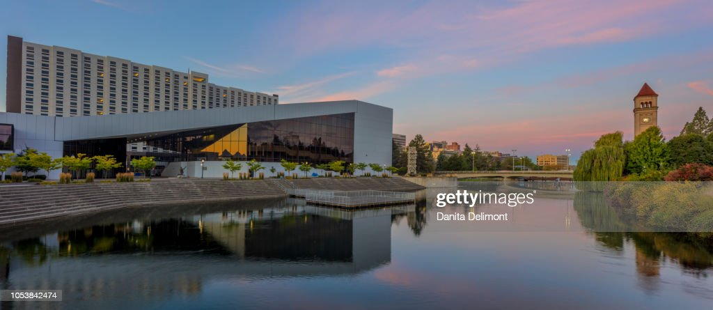 Buildings reflecting in Spokane River at Riverfront Park, Spokane, Washington state, USA : Foto de stock