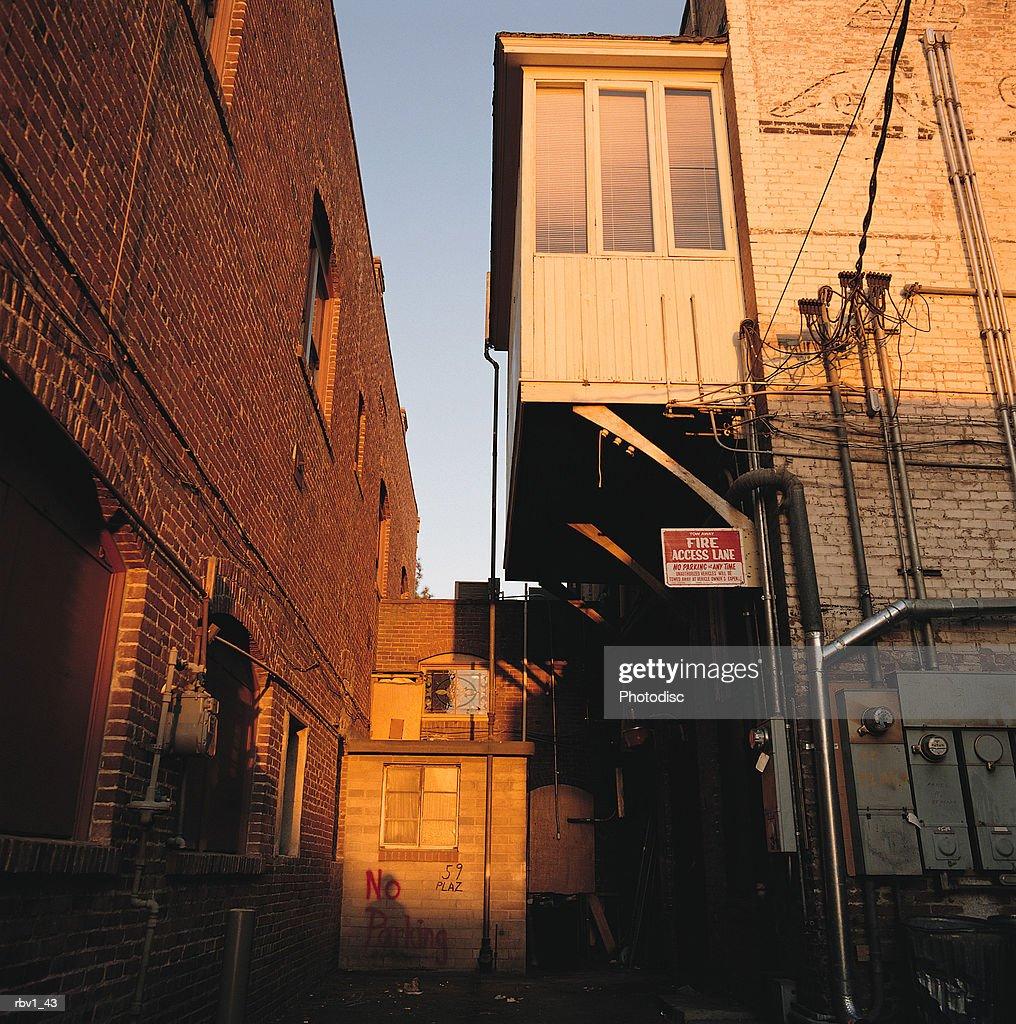 buildings rise showing windows under blue sky as the sun sets : Foto de stock