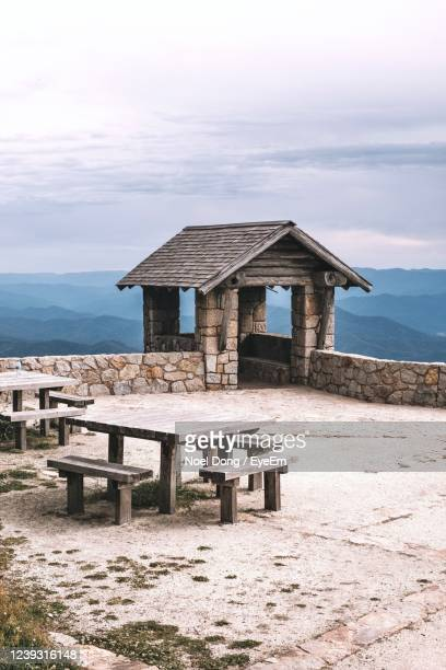built structure on australian mountain against sky during sunset - clima alpino foto e immagini stock
