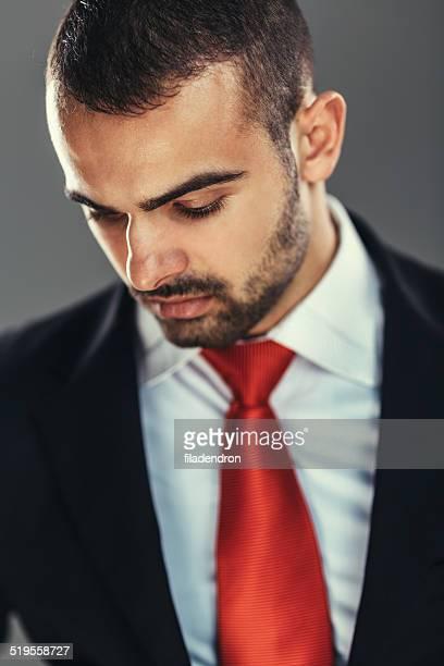 buisnessman retrato - mirar hacia abajo fotografías e imágenes de stock