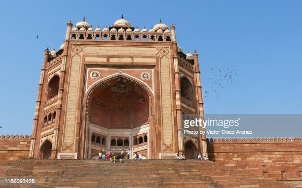 """buland darwaza or the """"door of victory"""" is the highest gate in the world and the main entrance to the jama mosque in fatehpur sikri, uttar pradesh, india - victor ovies fotografías e imágenes de stock"""