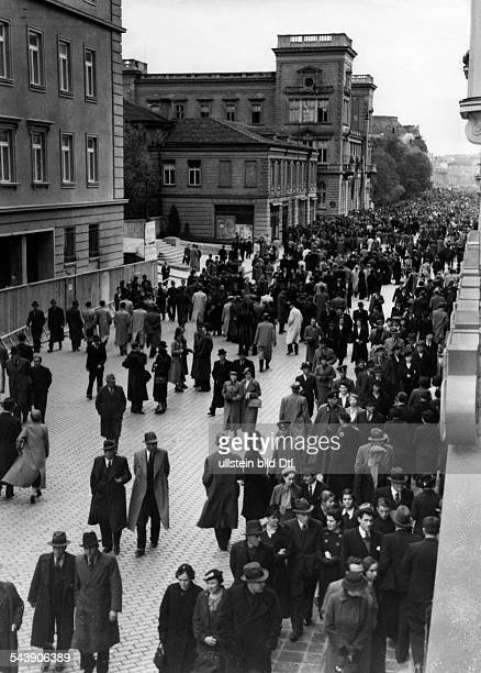 Bulgaria Sofia Sofia People in Sofia taking a stroll on the boulevard Photographer Paul Mai Published by '12 Uhr' Vintage property of ullstein bild