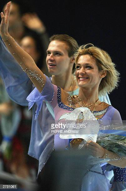 Bulgarian Albena Denkova and Maxim Staviski wave to the crowd after winning the 17th Trophee Lalique dance contest 15 November 2003 at the...