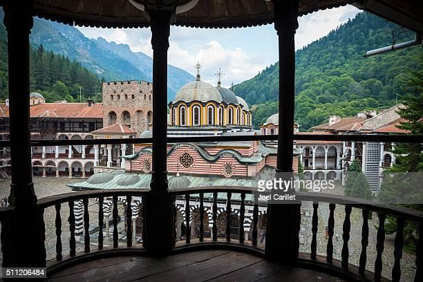 búlgaro ortodoxa monasterio de rila en bulgaria - bulgaria fotografías e imágenes de stock