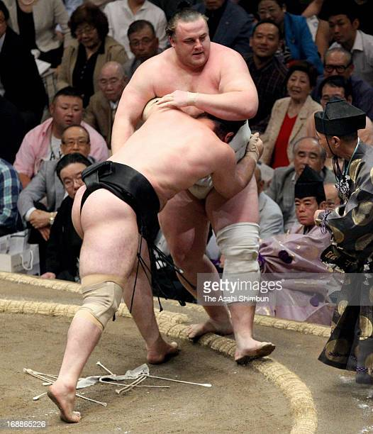 Bulgarian ozeki Kotooshu whose real name is Kalojan Stefanov Mahljanov pushes Estonian Sumo wrestler Baruto whose real name is Kaido Hoovelson out of...