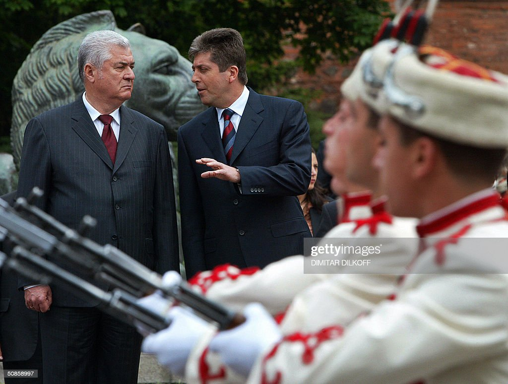 Bulgarian President Georgi Parvanov (C) talks with his Moldavian counterpart Vladimir Voronin (L) as they review Bulgarian army honour guards during a welcoming ceremony in central Sofia, 20 May 2004. Vladimir Voronin arrived on a two-day oficial visit in Bulgaria.