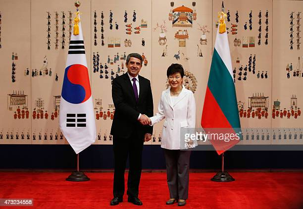 Bulgarian President Rosen Plevneliev shakes hands with South Korean President Park Geun-hye at the Presidential Blue House on May 14, 2015 in Seoul,...