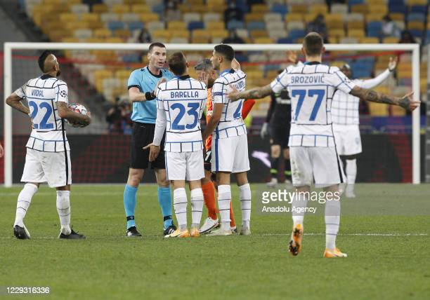 Bulgarian Referee Georgi Kabakov talks with Inter Milan players during the UEFA Champions League Group B football match between Shakhtar Donetsk and...