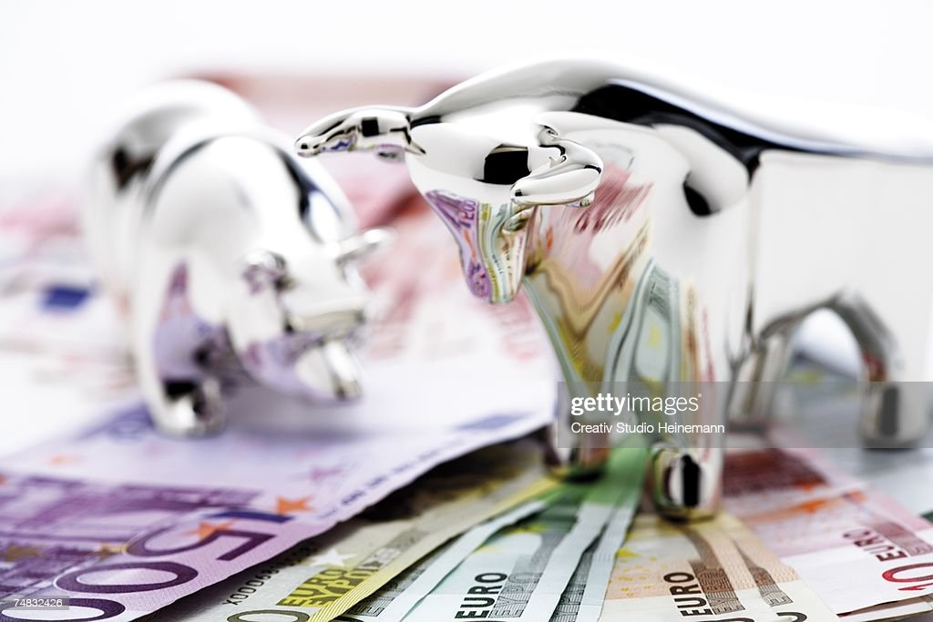 Bull and bear figurine on euro banknotes, close-up : Stock-Foto