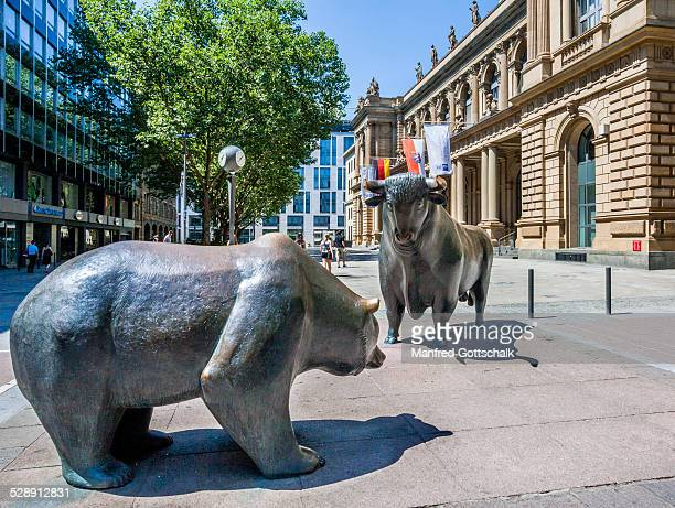 bull & bear at frankfurt stock exchange - börse stock-fotos und bilder