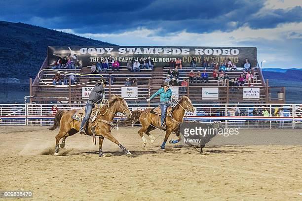 bull chasing cowboys on horses at rodeo arena cody wyoming - estadio de los cowboys - fotografias e filmes do acervo