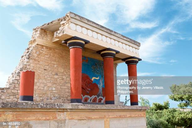 bull fresco in the north entrance of knossos palace - creta fotografías e imágenes de stock