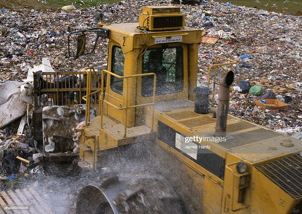 Bulldozer in trash dump : Stockfoto