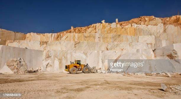大理石採石場で作業ブルドーザー(ローダー) - 石切場 ストックフォトと画像