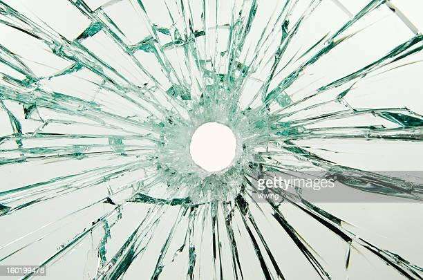 agujero de bala de vidrio - agujero de bala fotografías e imágenes de stock