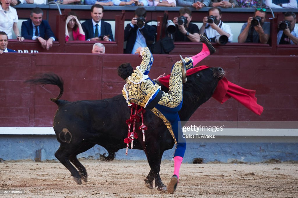 Bullfigther Alberto Lopez Simon performs during the San Isidro bullfight fair at Las Ventas bullring on June 1, 2016 in Madrid, Spain.