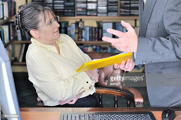 solche beschäftigten gemobbt oder schlechthin abgemahnt am arbeitsplatz - geschlechtsdiskriminierung stock-fotos und bilder