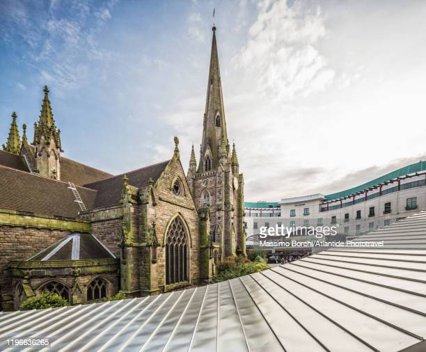bullring shopping centre area, view of the church of st martin in the bull ring - 英国 バーミンガム ストックフォトと画像