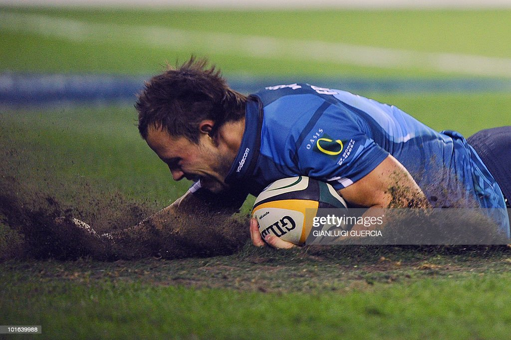 Bulls wing Francois Hougaard scores a try against the Stormers on May 29, 2010 during the Super14 Final match between Bulls and Stormers at Soweto's Orlando stadium in Johannesburg, South Africa.