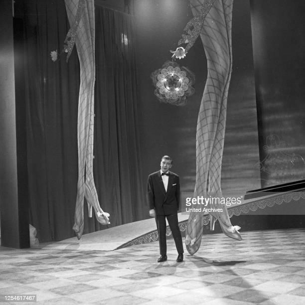 """Bully Buhlan auf der Bühne der NDR Musiksendung """"Romanze in Tüll"""", Deutschland 1960er Jahre."""