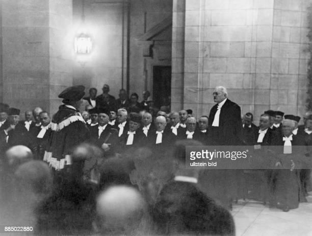 Bumke Erwin Dr jur D Reichsgerichtspräsident Bumke bei der Ehrenpromotion eines Senatspräsidenten durch den Dekan der juristischen Fakultät der...