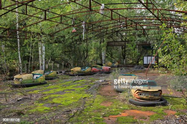 bumper cars in amusement park of pripyat near chernobyl - acidente nuclear de chernobil - fotografias e filmes do acervo
