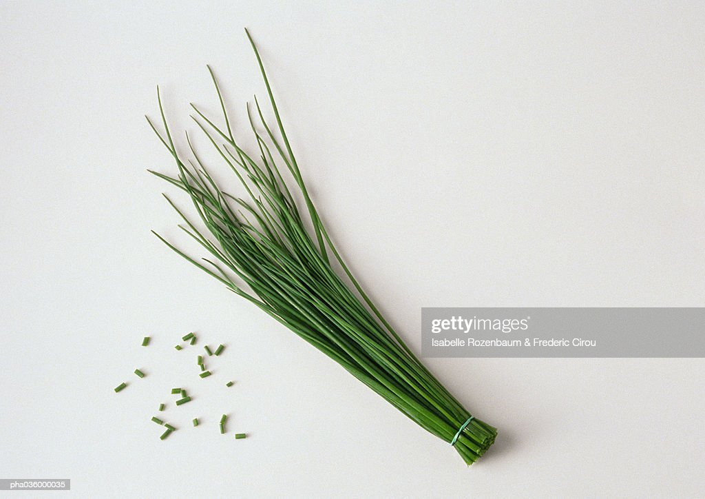 Bunch of chives with cut chives, white background : Stockfoto