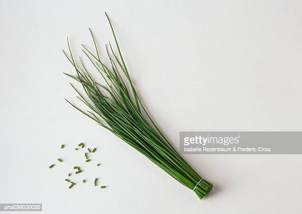 bunch of chives with cut chives, white background - チャイブ ストックフォトと画像