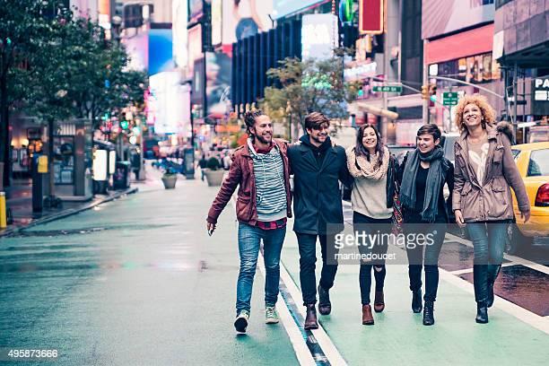 Racimo de cool joven caminando en Nueva York, después de lluvia