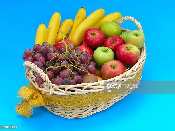 束フルーツの青色の背景に - 果物の盛り合わせ ストックフォトと画像