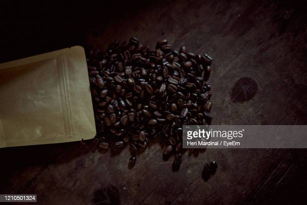 bunch of roasted arabica coffee beans - heri mardinal stock pictures, royalty-free photos & images