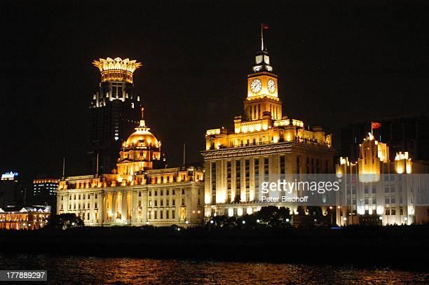 Bund Center Custom House Development Bank Stadtteil Puxi Shanghai China Asien Fluss Huangpu Nacht nachts Beleuchtung Boot Gebäude Bauwerk Hochhaus...