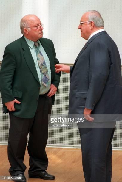Bundesarbeitsminister Norbert Blüm und Bundeskanzler Helmut Kohl unterhalten sich am 1261997 im Bonner Bundestag Kohl ist nach einem Bericht der...