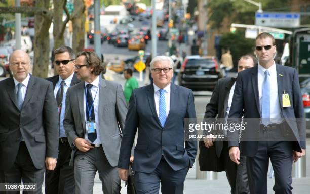 Bundesaußenminister FrankWalter Steinmeier geht am zumm Gebäude der Vereinten Nationen in New York Steinmeier hatte sich zuvor für eine Einbindung...