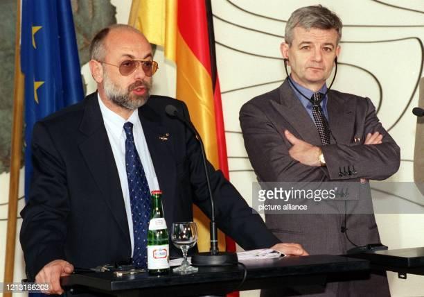 Bundesaußenminister Joschka Fischer und der mazedonische Außenminister Aleksander Dimitrov geben am 20.4.1999 nach ihrem Gespräch im Auswärtigen Amt...